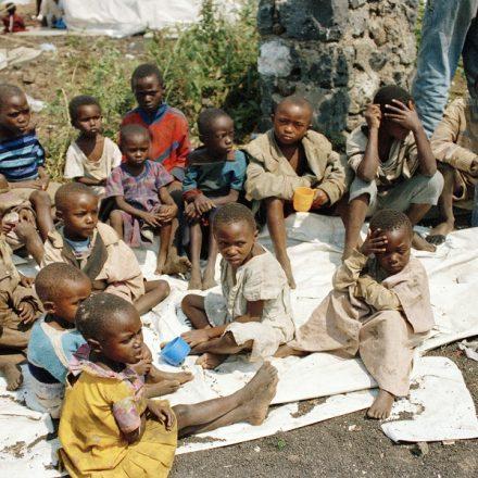 Guterres pede fim da polarização em Ruanda; crianças ruandesas