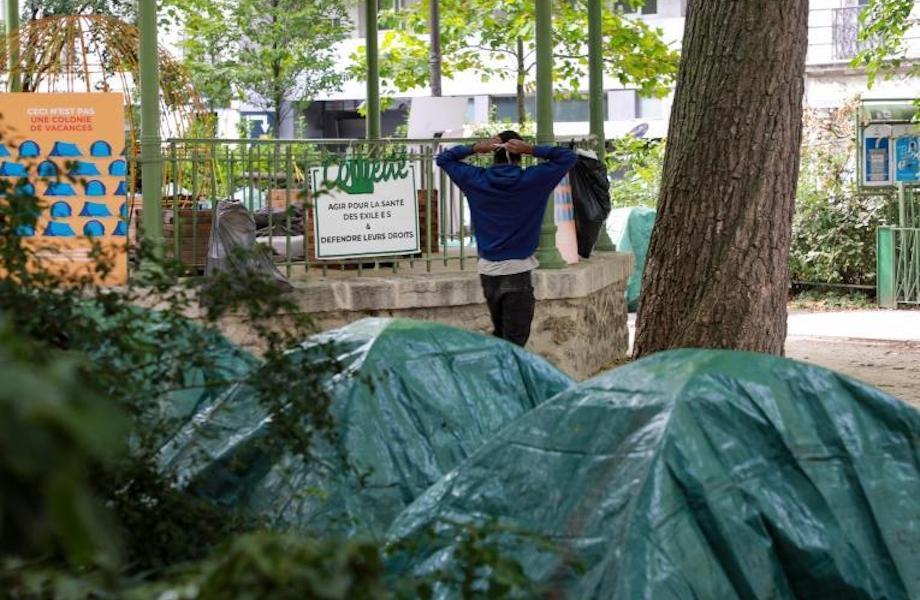 Crianças migrantes desacompanhadas acampam no centro de Paris