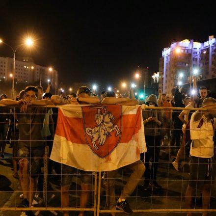 Com violência policial, protestos terminam com três mil detidos e uma morte na Belarus