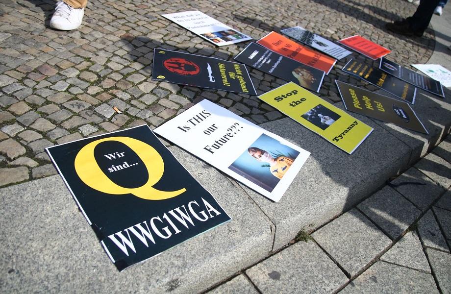 Avanço de conspiração QAnon encontra apoio na extrema direita da Alemanha