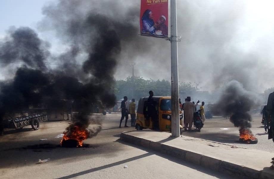 Violência policial aumenta em protestos pelo fim do abuso oficial na Nigéria