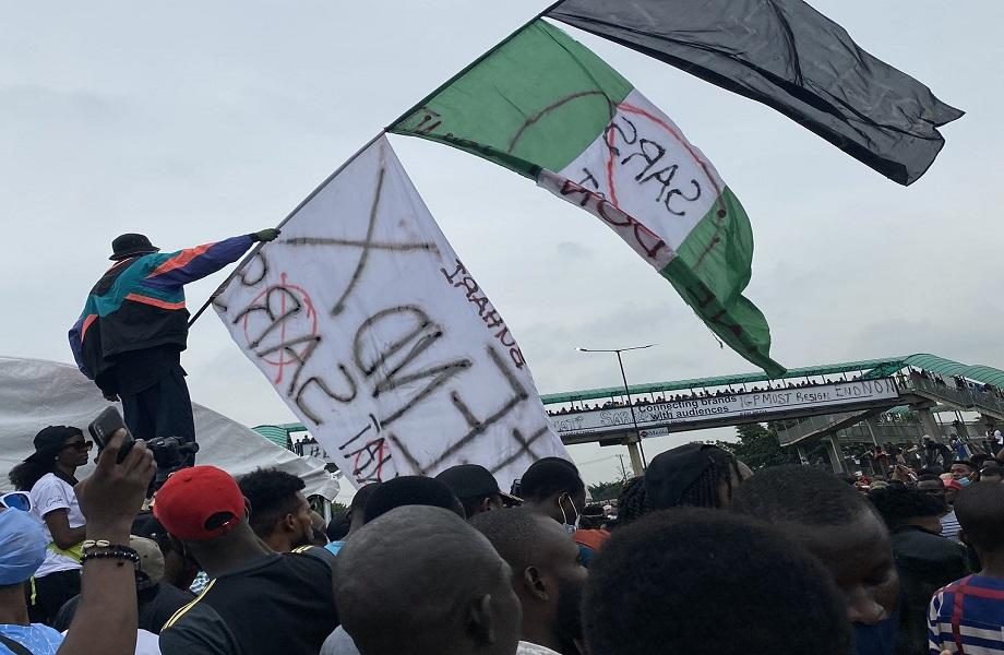 Protestos persistem na Nigéria mesmo após dissolução do esquadrão SARS