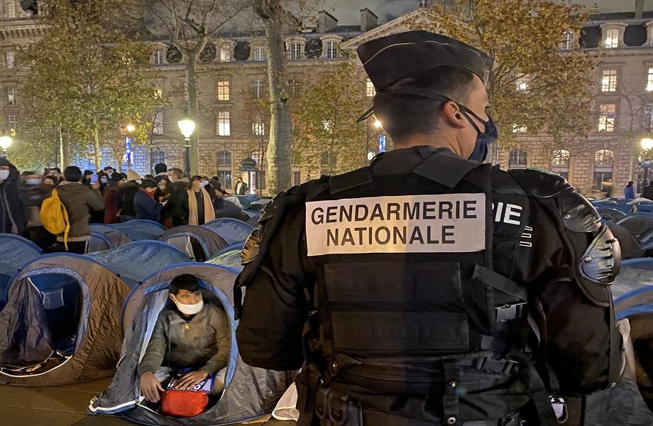 Desintegração de campo de imigrantes termina com violência policial em Paris