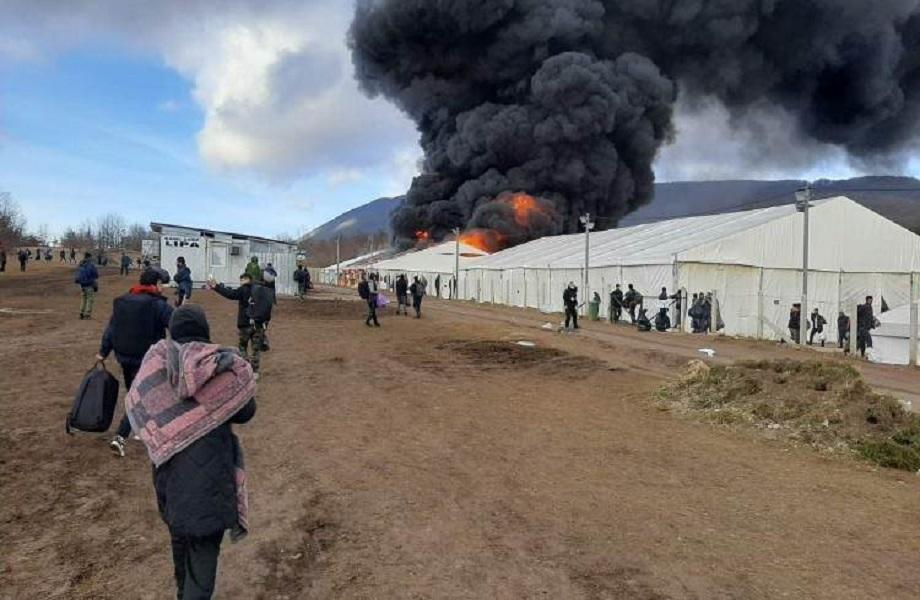 Na Bósnia, refugiados incendeiam campo de Lipa em protesto a falta de recursos