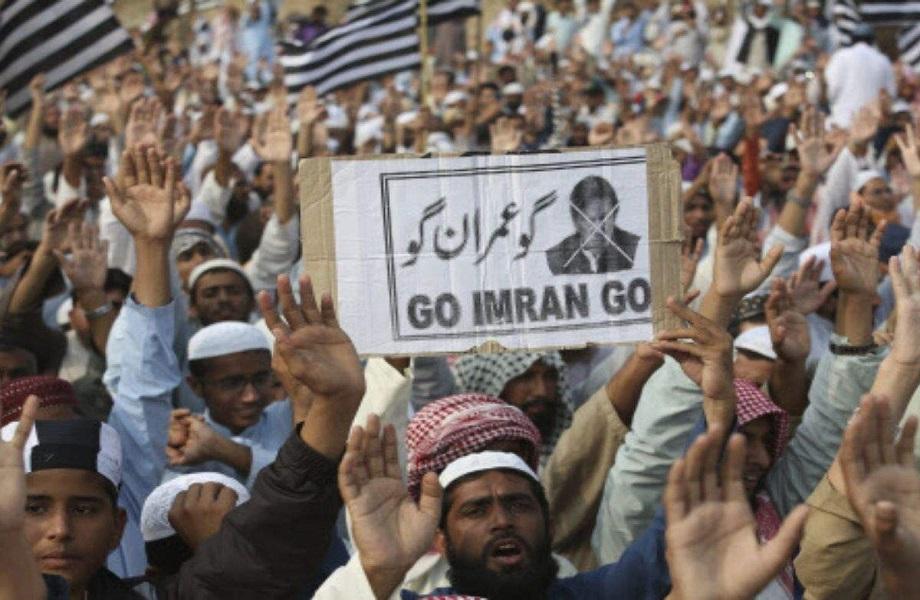 No Paquistão, opositores pressionam pela renúncia do premiê Imran Khan