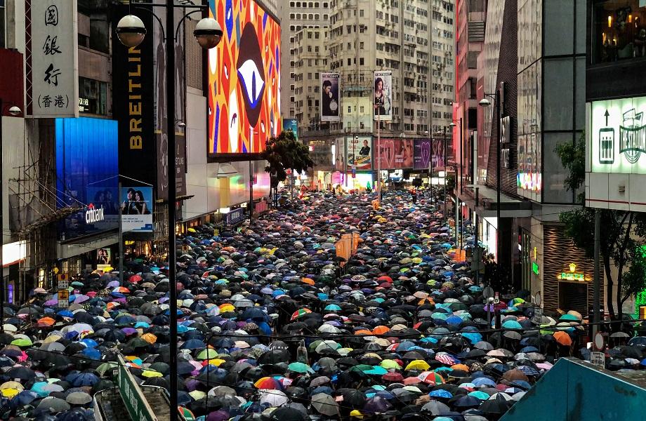 Mais de 50 são presos por desafiar lei de segurança nacional de Hong Kong