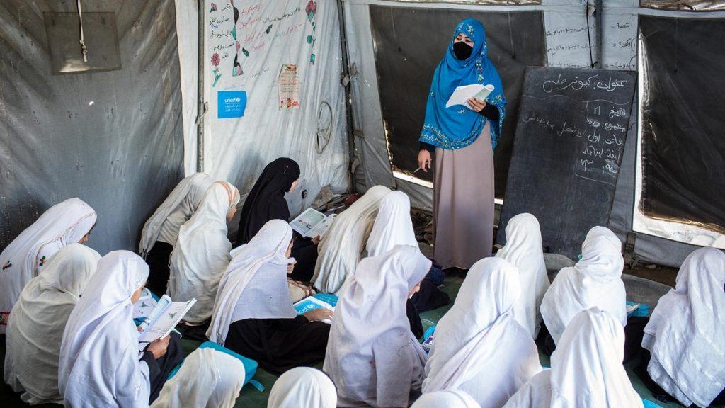 Meninos já voltaram às aulas, mas meninas afegãs continuam impedidas de estudar