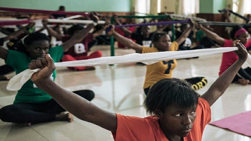 Sobreviventes de violência sexual usam a dança para lidar com traumas na RD Congo