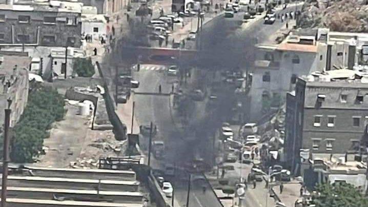 Atentado a bomba tem autoridades como alvo, mas mata outros seis no Iêmen